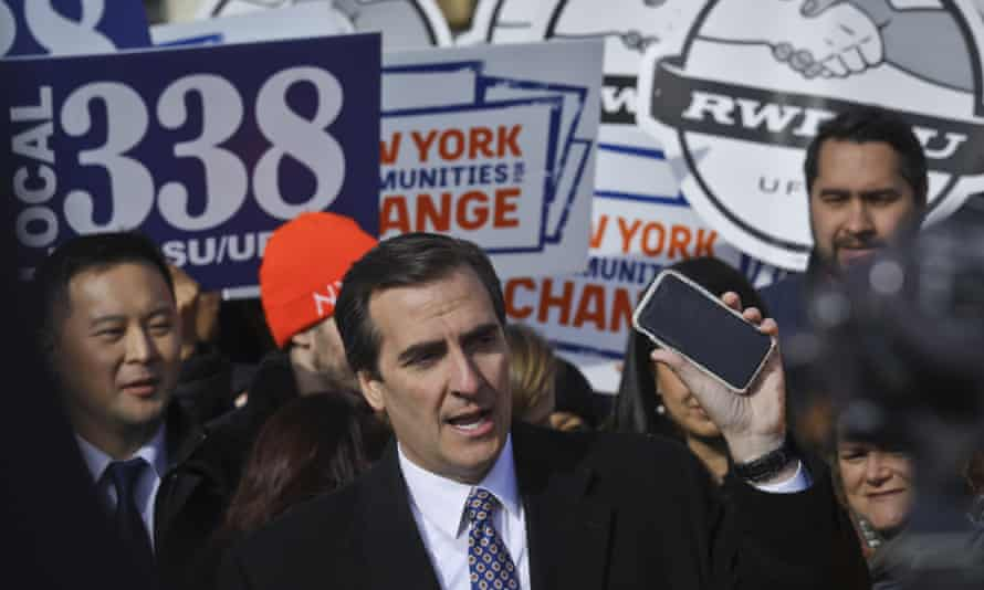 The New York state senator Michael Gianaris calls on supporters to remove the Amazon app from their phones and boycott the company.