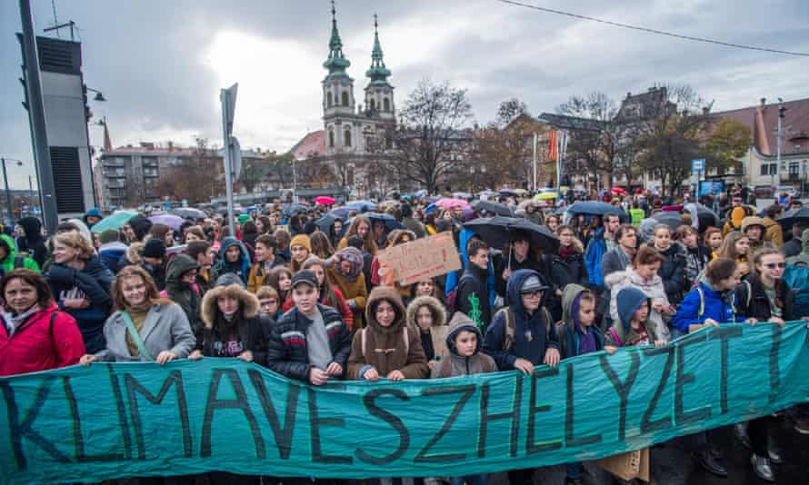 Young people demanding measures against climate change in Budapest last Friday, following the call of Fridays for Future Hungary and Extinction Rebellion.