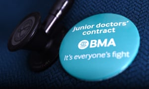 A badge saying 'Junior doctors' contract, BMA, it's everyone's fight'