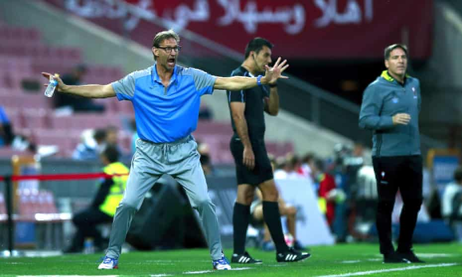 Tony Adams issues orders to his Granada team, which included four centre-backs and not a single Spaniard in the starting XI against Celta Vigo.