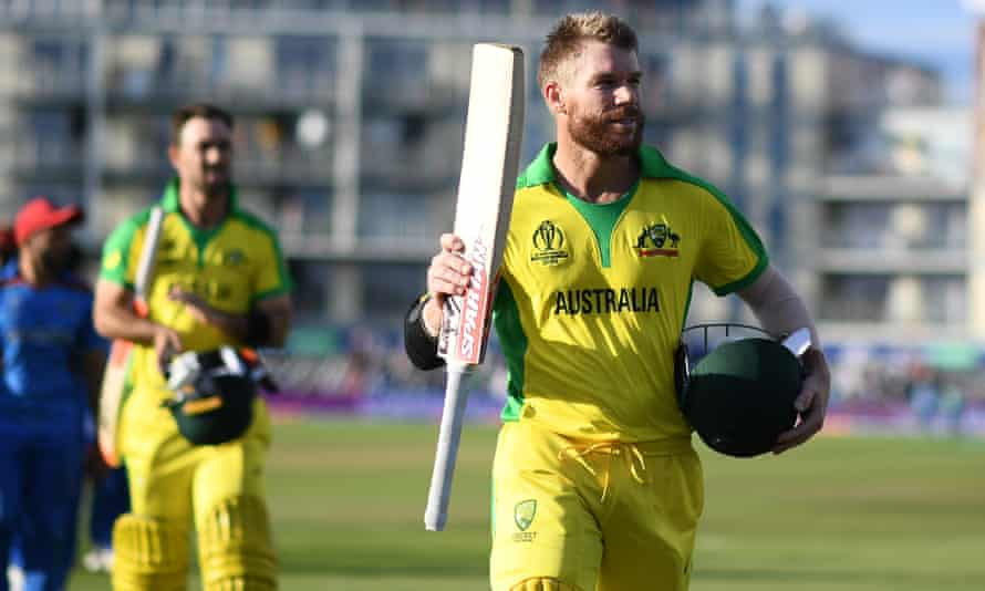 David Warner leaves the field to polite applause after his unbeaten 89.