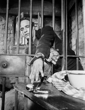 Marlon Brando attempts a prison escape in the film One-Eyed Jacks in which he plays the outlaw Rio.