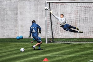 Manuel Neuer back in training with Bayern today.