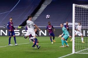 Lewandowski scores Bayern's sixth.