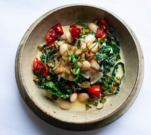 A nourishing bowl: creamy butter beans, tomato and cabbage.