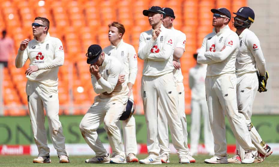 Dom Bess (left) looks up at the screen after his failed review of a no-exclusion decision in favor of Rishabh Pant of India.