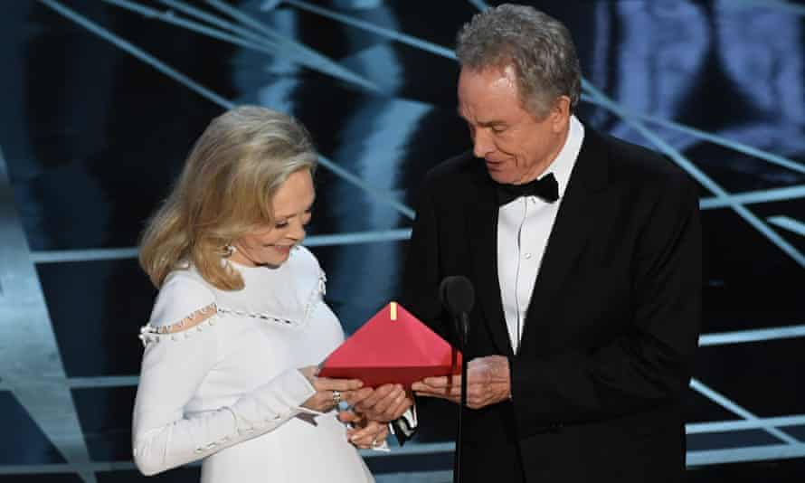 Hand me my glasses … Faye Dunaway and Warren Beatty with the erroneous envelope.