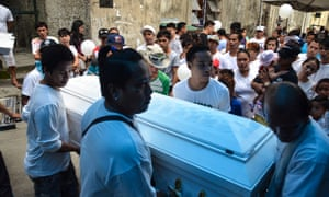 A funeral takes place in the Navotas cemetery.