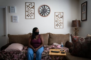 Florence Hobbs posa para un retrato en el sofá en el que duerme en la casa de su amiga en West Ashley, Charleston.