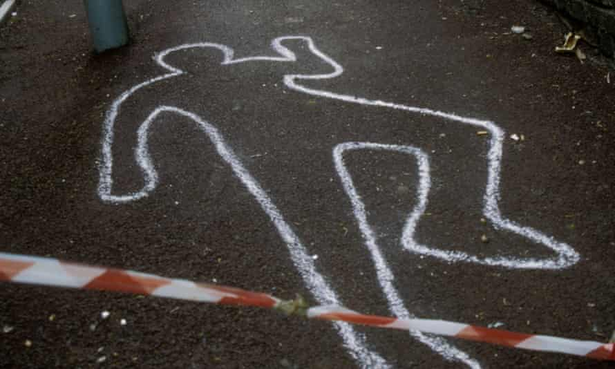 Police chalk outline of murder victim in alleyway surrounded by police tape UK<br>AET879 Police chalk outline of murder victim in alleyway surrounded by police tape UK