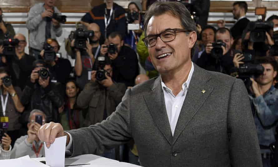 President of Catalonia's regional government Artur Mas (C) casts his ballot to vote in Barcelona, in a symbolic ballot on whether to break away as an independent state on November 19, 2014.