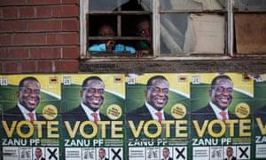 孩子们透过Emmerson Mnangagwa选举海报上方的窗户看