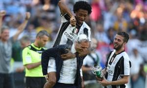 Juan Cuadrado celebrates on manager Massimiliano Allegri.