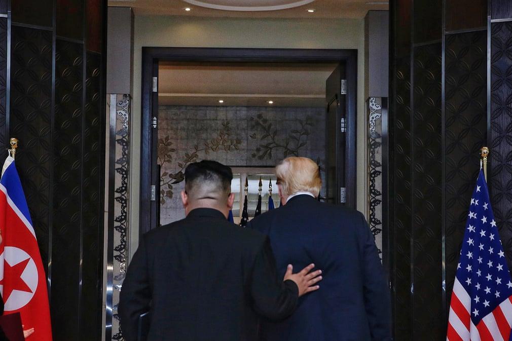 Trump e Kim Jong-un dopo la cerimonia di firma dell'accordo di Singapore. Credits to: Kevin Lim/The Straits Times/EPA.