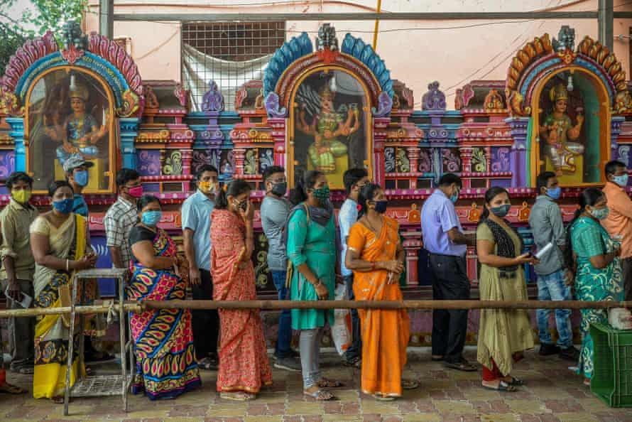 INDIA-HEALTH-VIRUS-VACCINE People queue to register and get vaccinated with the Covid-19 coronavirus vaccine at a camp set up outside a Hindu temple in Hyderabad on June 25, 2021 (Photo by NOAH SEELAM / AFP) ( Photo by NOAH SEELAM / AFP via Getty Images)