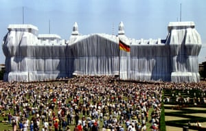 1995, Berlin. Thousands of visitors view the Wrapped Reichstag, which saw the building covered with silver polypropylene fabric.