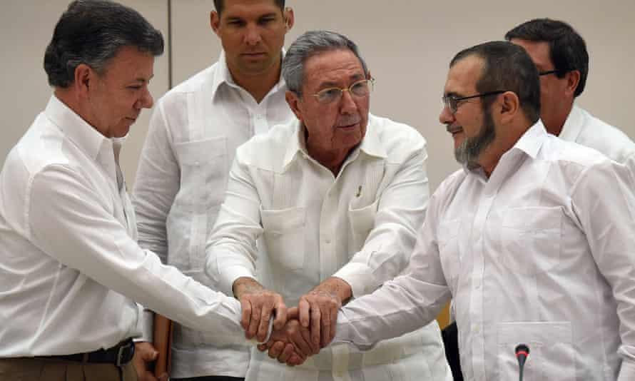 Cuban President Raul Castro (C), Colombian President Juan Manuel Santos (L) and the head of the FARC guerrilla Timoleon Jimenez, aka Timochenko (R), shake hands during a meeting in Havana on September 23, 2015.