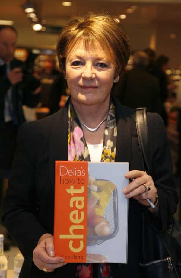 Delia Smith firma copias de su libro How to Cheat at Cooking