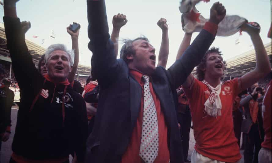 tommy docherty, liverpool'a karşı 1977 fa cup finalini 2-1 kazandıktan sonra manchester united kutlamalarının merkezinde