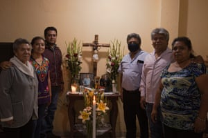 A family portrait. On the left of the ashes: Vicenta Trinidad Morales, Doris Ortiz Trinidad and Germán Ortiz Trinidad. Right: Gerardo Huerta Trinidad, Raymundo Huerta Trinidad and Luisa Huerta Trinidad and .