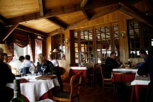 Diners in Auberge des Montagnes restaurant