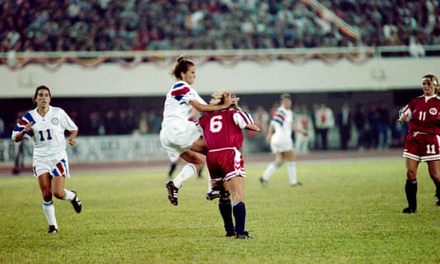 Mia Hamm (second left) clashes with Norway's Agnete Carlsen during the final.