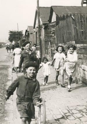 Children playing in the Zone, Rue du Chemin de Fer, Porte de la Villette, 1940