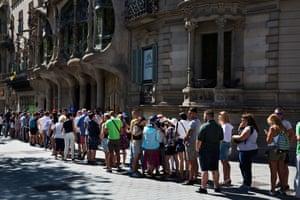 The queue outside casa Batllo.