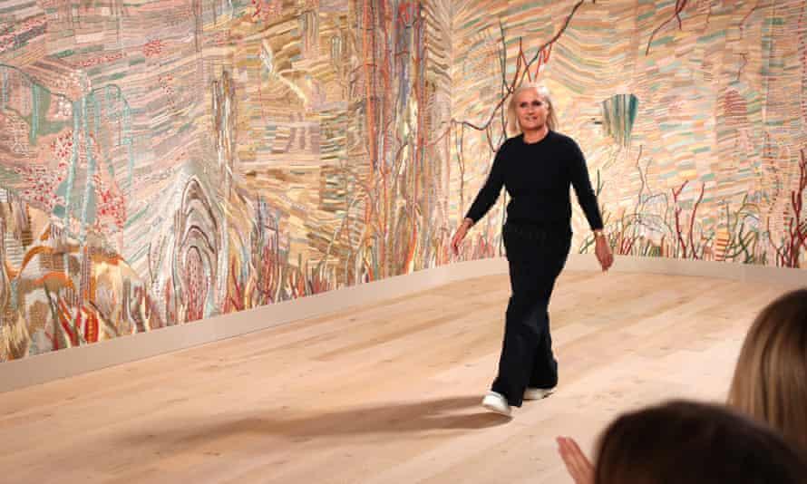 ماريا غراسيا كوري على خلفية الحرير المطرزة في عرض ديور للملابس النسائية لخريف وشتاء 2021/22 كجزء من أسبوع الموضة في باريس.