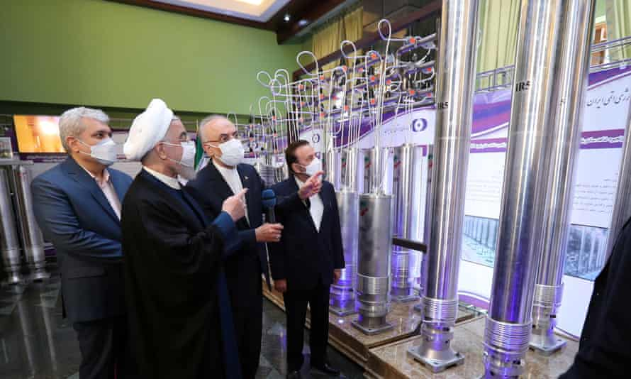 Presiden Iran, Hassan Rouhani, meninjau pencapaian nuklir baru Iran di Teheran