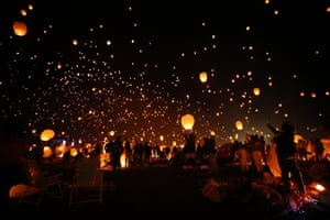People release sky lanterns during a festival in Pennsylvania, US