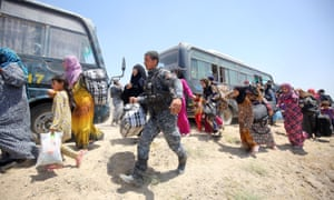 Iraqi forces help families fleeing Falluja