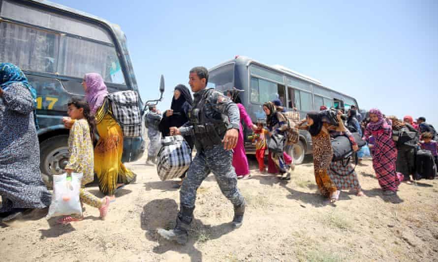 Iraqi forces help families fleeing Falluja