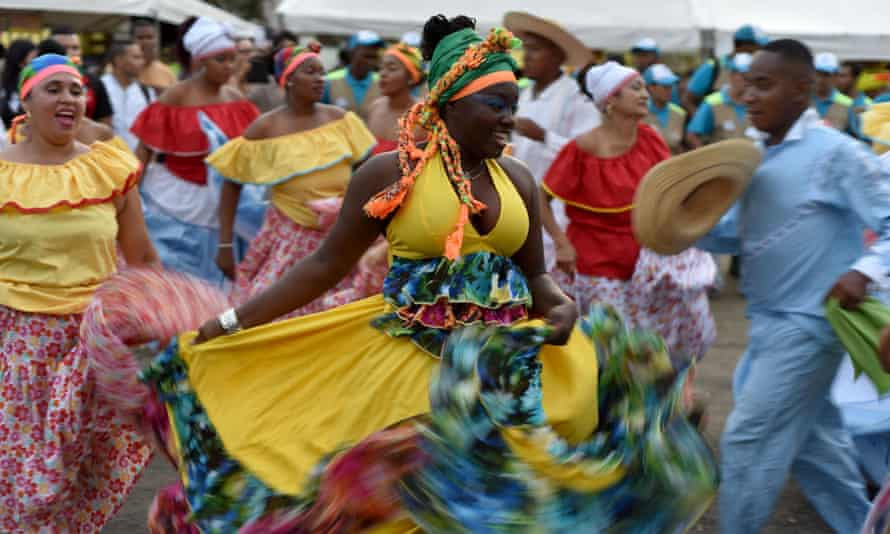 Viche is popular at the annual Petronio Álvarez festival of Pacific music in Cali, where revelers mix it with the juices of local fruits such as borojó and chontaduro.