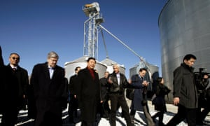 Xi Jinping tours an Iowa farm with Terry Branstad in 2012.