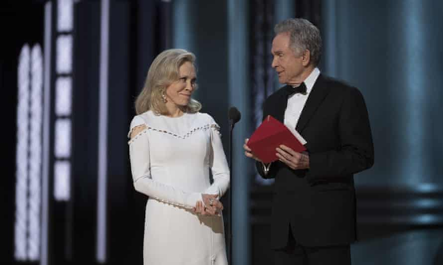 Faye Dunaway and Warren Beatty open the envelope that later turned out the be the wrong one.