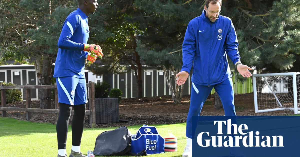Petr Cech included in Chelseas Premier League squad while Arsenal omit Özil