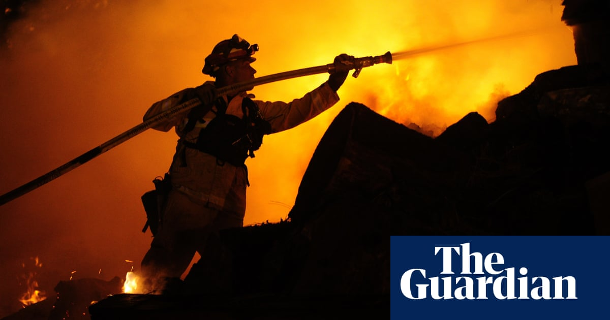 Caldor fire: thousands of firefighters aim to stop blaze from reaching Lake Tahoe