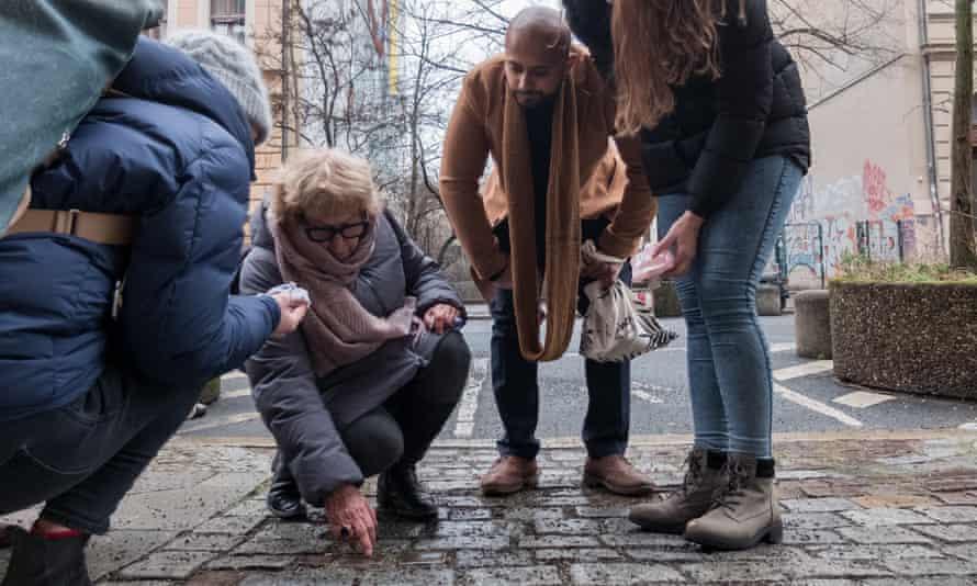Un grup de berlinesos en una iniciativa de neteja de Stolpersteine.