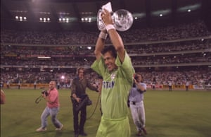 Imran Khan lifts the World Cup.