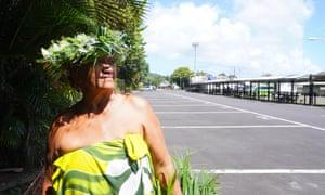 Mii Upu, un artesano y vendedor en el mercado Punanga Nui, a menudo tranquilo, en Rarotonga, que alguna vez fue un punto de acceso para los turistas.