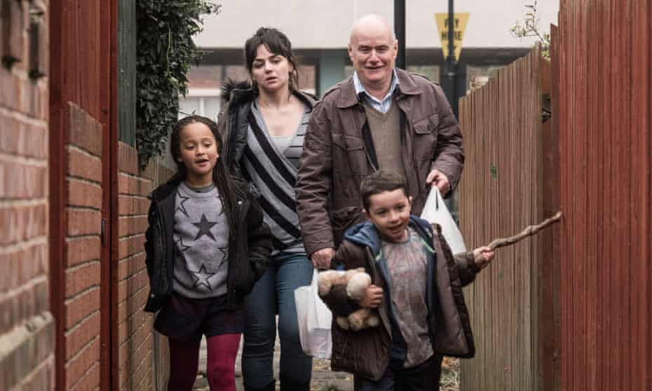 Hayley Squires and Dave Johns as Katie and Daniel and Briana Shann and Dylan McKiernan as Daisy and Dylan in I, Daniel Blake.