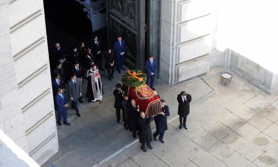 The body was carried by eight of Franco's descendants.