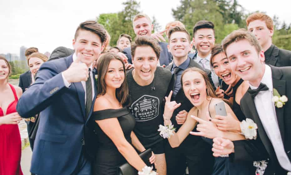 Justin Trudeau posing with high school students while out jogging in Vancouver 2017.