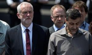 Mohammed Kozbar, el secretario general de la mezquita de Finsbury Park, y Jeremy Corbyn
