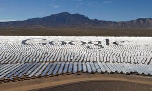 Le logo Google est indiqué dans les heliostats (miroirs qui reflètent la lumière du soleil) au système de production d'électricité solaire d'Ivanpah dans le désert de Mojave, près de la frontière entre la Californie et le Nevada.
