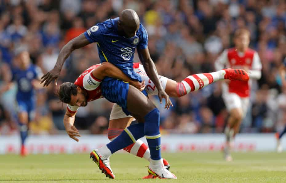 Romelu Lukaku proved too strong for Arsenal's Pablo Marí.
