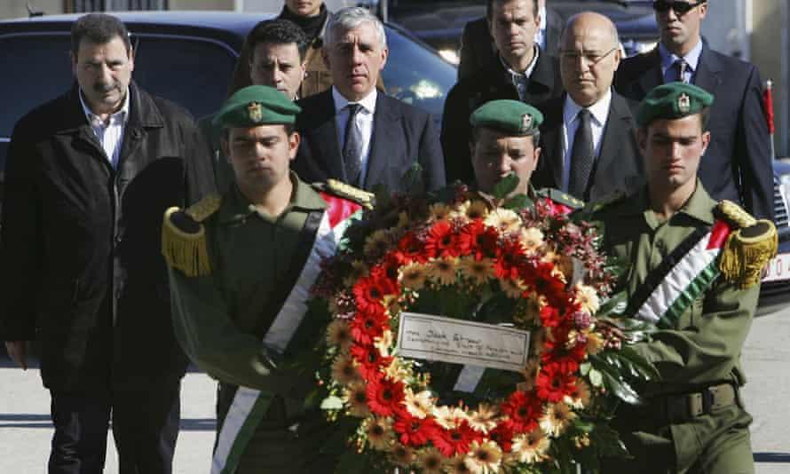 Former British foreign secretary Jack Straw visits Yasser Arafat's grave in 2004.
