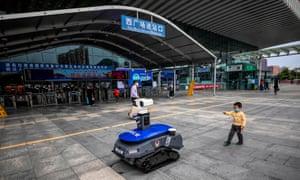 Un robot policial que hace cumplir las reglas del coronavirus en Shenzhen, China, en marzo de 2020.