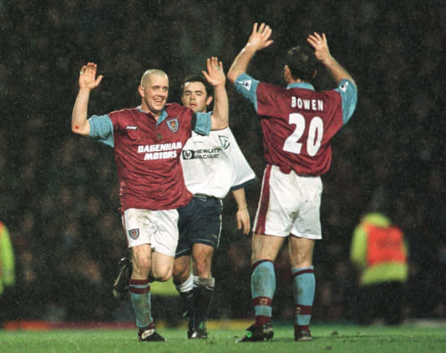 Julian Dicks celebrates his penalty and winning goal with Mark Bowen
